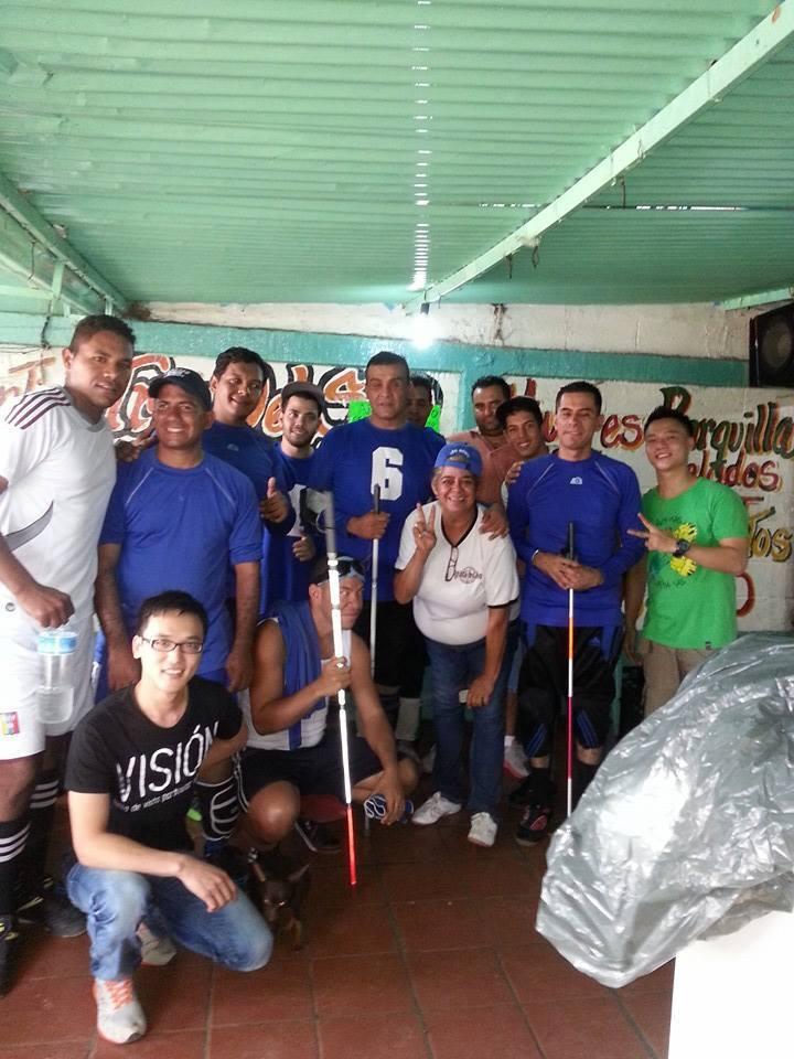 Selección de goalball de Aragua con otras personas