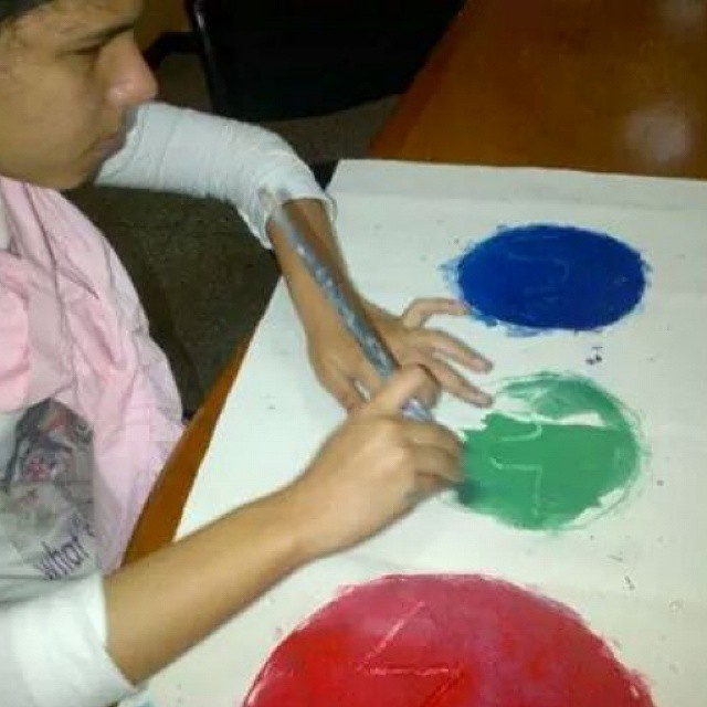Fabiana, quien nunca vió el color, pinta cuadros en azul, verde y rojo.