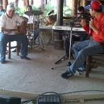 """Grupo de personas con discapacidad visual cantando en """"El Tizón de Jose""""."""