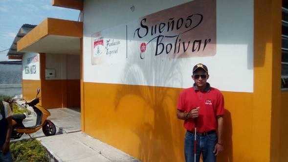 Douglas Rodríguez frente a sede de FUNDASEB.