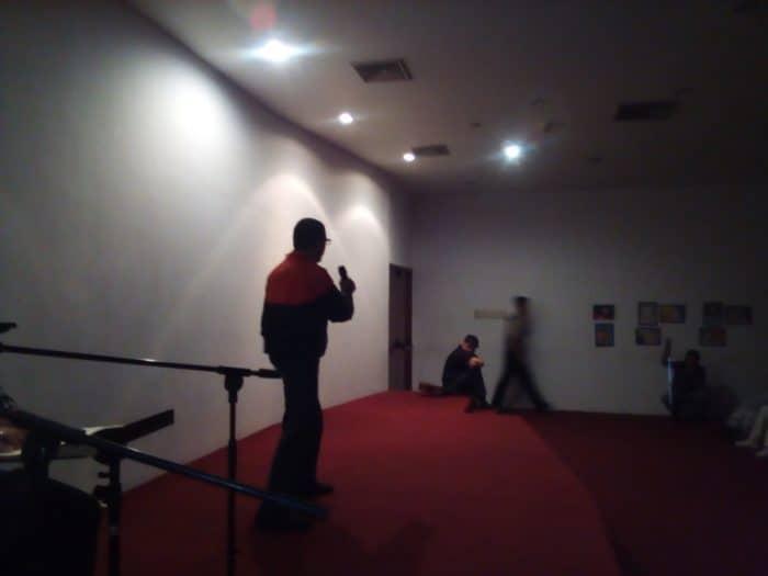 Foto de Rafael E. González sobre el escenario durante su presentación en el acto del CAIDV Capital.