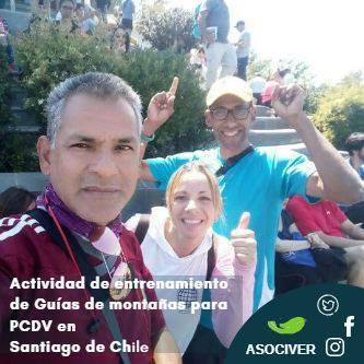 Parte del equipo de ASOCIVER saludando durante la primera jornada en Chile. En texto se lee: 'Actividad de entrenamiento de guías de montañas para personas con discapacidad visual en Santiago de Chile'.
