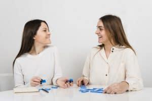 Mujeres jugando dominó. Foto creada por freepik.com.